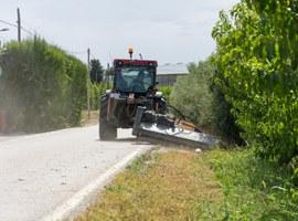 La Paeria desbrossa els vorals d'onze dels camins principals de l'Horta