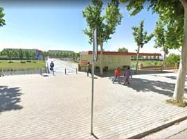 Imatge de la notícia La Paeria inicia els treballs per retirar el nom d'A. Areny de la marquesina de la passarel·la dels Maristes