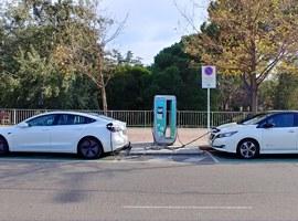 La Paeria renova les targetes per bonificar la zona blava als usuaris de vehicles elèctrics