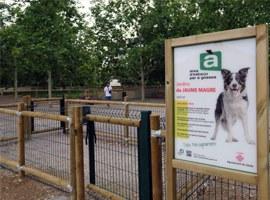 Obres per habilitar una gran àrea de jocs per a gossos, la quarta de la ciutat, als Jardins Primer de Maig