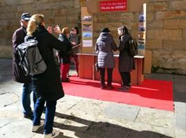 Recollida d'enquestes a peu de carrer per decidir el futur del Palau de Vidre