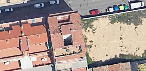 Imatge de la notícia Desallotjats dos pisos per l'esfondrament d'una terrassa al carrer Maials