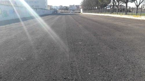 Imatge de la notícia La Paeria arranja el solar annex a les piscines de Balàfia que s'utilitza com a aparcament provisional