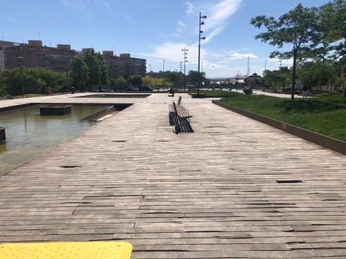 Imatge de la notícia La Regidoria d'Urbanisme millora el paviment de fusta del Parc del Cobriment de les Vies