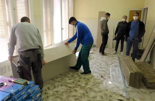 Imatge de la notícia Cinc joves rehabiliten un pis de l'EMU a la Bordeta a través del projecte de masoveria urbana