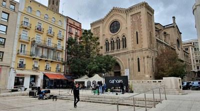 """Els informes sobre la mèlia de la plaça Sant Joan recomanen talar-la per un risc """"molt probable"""" de caiguda"""