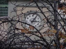 L'Ajuntament canvia la maquinària del rellotge de l'Escorxador, que tornarà a donar les hores de forma permanent