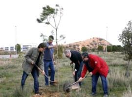 Imatge de la notícia Més de 150 ciutadans col·laboren en la plantada popular per crear el nou bosc urbà al voltant del Museu del Clima i de la Ciència al Turó de Gardeny